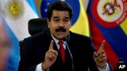 En mayo de 2014, Conatel ordenó suspender el programa 'Plomo parejo', conducido por el periodista Iván Ballesteros, crítico del presidente Nicolás Maduro.