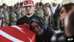 """""""Islomiy davlat"""" bilan chegarada yuz bergan otishmada halok bo'lgan turk askarining dafn marosimi, Gaziantep, 24-iyul, 2015-yil."""