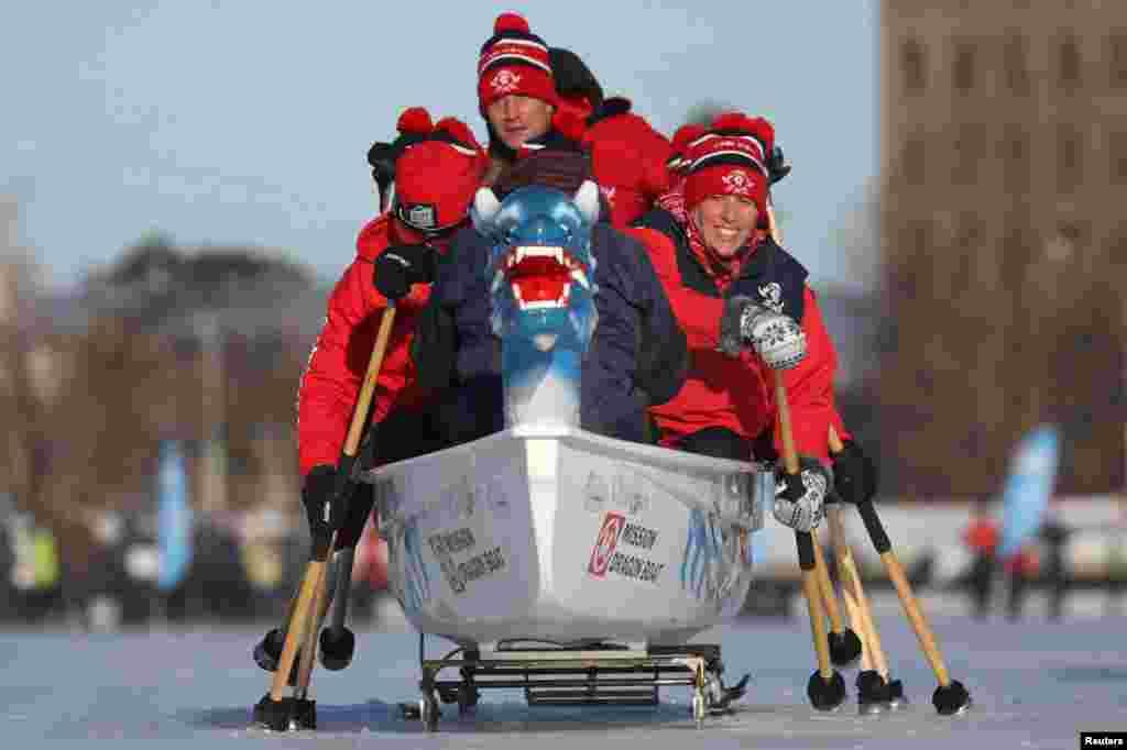 មនុស្សម្នាប្រកួតនៅក្នុងពិធីបុណ្យ Ice Dragon Boat Festival នៅលើបឹង Dows នៅក្នុងក្រុង Ottawa ខេត្ត Ontario ប្រទេសកាណាដា កាលពីថ្ងៃទី៩ ខែកុម្ភៈ ឆ្នាំ២០១៩។