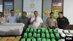 Direktur Tindak Pidana Narkoba Mabes Polri Brigjen Pol Dharma Pongrekun bersama barang bukti narkoba jenis sabu dan ganja di kantor Direktur Tindak Pidana Narkoba (foto: VOA/Andylala).