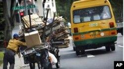 新加坡的一个失业者靠收集纸板垃圾为生