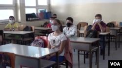 """Učenici osnovne škole """"Faik Konica"""" u Prištini (Foto: VOA)"""