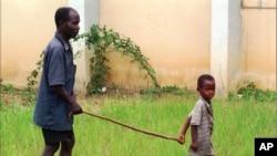 မွတ္တမ္းဓာတ္ပံု - မ်က္မျမင္ တဦးကို လမ္းျပ ေနတဲ႔ ကေလးငယ္။ Liberia စက္တင္ဘာ ၄ ၁၉၉၅။