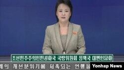 """북한은 2일 국방위원회 정책국 대변인 담화를 통해 """"어렵게 마련된 남북관계 개선 분위기에 저촉되는 언행을 삼가해야 한다""""고 강력 경고하고 나섰다. 북한은 특히 남북 고위 당국자 접촉에서 합의한 공동보도문의 '유감' 표명을 '사과'로 해석하는 것은 남한의 '아전인수격 해석'이라고 주장하고 """"총포탄을 쏘아대며 합의 이행을 떠드는 것은 철면피한 행위""""라고 비난했다. 사진은 조선중앙TV 아나운서가 대변인 담화 내용을 발표하는 장면."""