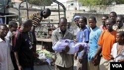 Serangan mortir kelompok militan al-Shabab hari Senin ini salah sasaran ke kamp pengungsi di Mogadishu, menewaskan 5 orang termasuk anak-anak (19/3).