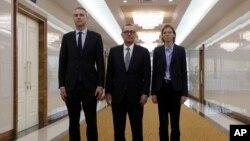 제프리 펠트먼 유엔 사무차장(가운데)이 5일 관계자들과 함께 평양 국제공항에 도착해 기념사진을 촬영했다.