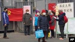 居民在返回北京前接受入城檢查。(2020年2月13日)