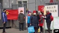 居民在返回北京前接受入城检查。(2020年2月13日)