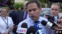 El Senador Marco Rubio habla con la prensa a su llegada a la 75ª Asamblea de la SIP en Miami