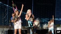 Megan Brainard (centro), reacciona después de que su perra Zsa Zsa, un bulldog inglés, en la parte inferior, es anunciada ganadora del Concurso de Perro Más Feo del Mundo en la Feria Sonoma-Marin en Petaluma, California, el sábado 23 de junio de 2018. También en la foto (a la izquierda) está Yvonne Morones, sosteniendo a su perro Scamp, que quedó en segundo lugar, y Linda Elmquist, sosteniendo a su perro Josie, que terminó en tercer lugar. (AP Photo / Jeff Chiu)