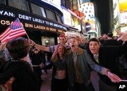 ປະຊາຊົນໄປໂຮມຊຸມນຸມ ສະແດງຄວາມດີໃຈ ຢູ່ຈະຕຸລັດ Times Square ທີ່ນະຄອນນິວຢອກ ໃນຕອນເຊົ້າມືດຂອງວັນທີ 2 ພຶດສະພາ 2011 ຫລັງຈາກປະທານາທິບໍດີໂອບາມາປະກາດຂ່າວວ່າ ນາຍບິນລາເດັນ ຕາຍແລ້ວ.