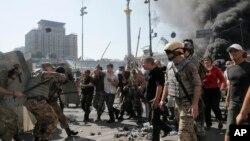 Kiyevda faollar xavfsizlik kuchlari bilan olishayapti. 7-avgust, 2014-yil.
