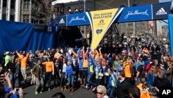 波士頓舉行馬拉松賽前一日, 參賽選手及家人等在馬拉松終點前聚集拍照。
