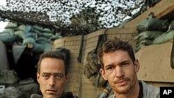 ټیم هېدرېنگټن (ښي) او د هغه همکار سباسټین جنګر (چپ) د افغانستان د کورنګل په دره کې د ریسټرپو مستند فلم جوړ کړ.