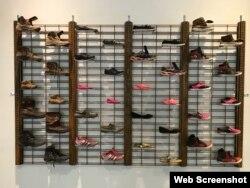 ،کفش دوندگان، از اثر «ابل ساسدو» چیدمان هنری از کفش مهاجران غیرقانونی که نتوانستند از مرز عبور کنند Courtesy of the El Paso Museum of Art