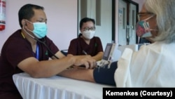 80 tenaga kesehatan lansia menerima vaksinasi COVID-19 di RSUP Fatmawati, Jakarta. (Foto: Courtesy/Kemenkes)