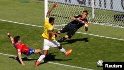 브라질 공격수 조(가운데) 선수가 칠레 골키퍼와 수비수를 제치고 골 넣을 결정적 기회를 놓치는 모습.