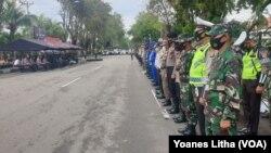 Suasana apel pelepasan tim operasi yustisi dalam rangka peningkatan disiplin dan penegakan hukum protokol kesehatan oleh Polda Sulawesi Tengah, Kamis, 24 September 2020. (Foto : Yoanes Litha/VOA)