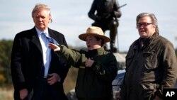 Trump (hagu) tare da Steve Bannon (dama) a lokacin yakin neman zabe