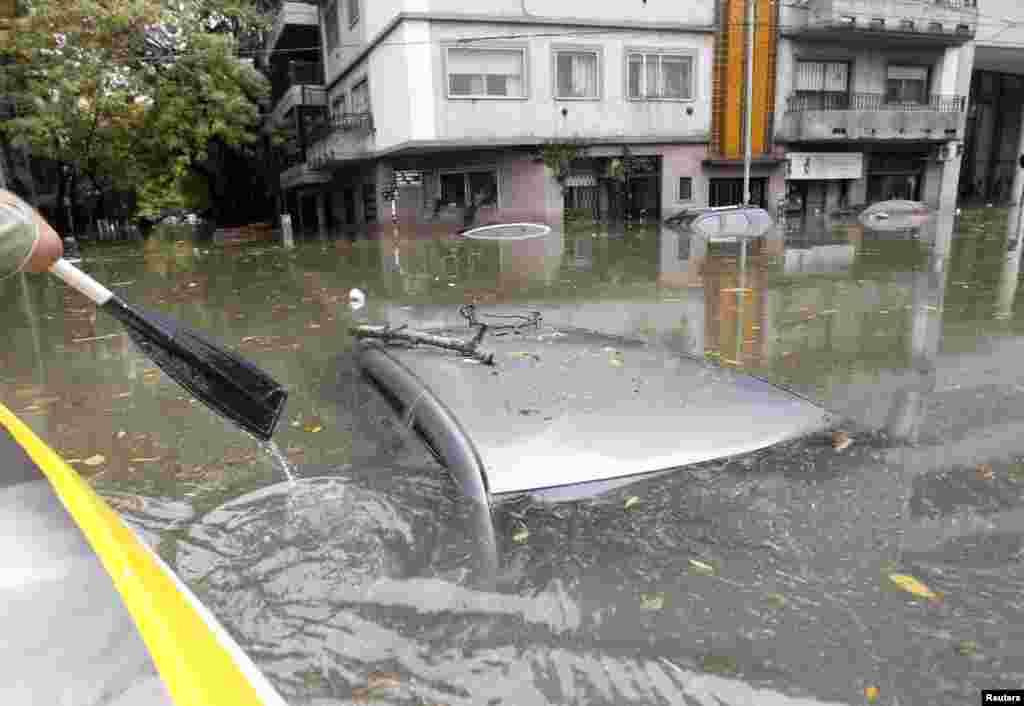 在阿根廷的布宜诺斯艾利斯,一场暴雨过后大街上的汽车被洪水淹没。