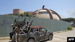 Phe nổi dậy bên trong khu dinh thự Bab al-Aziziya của ông Gadhafi tại Tripoli, ngày 24/8/2011