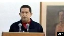 Tổng thống Venezuela Hugo Chavez đọc bài diễn văn phát từ đài truyền hình Cuba