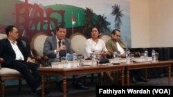 Ketua TPF PBB untuk Myanmar, Marzuki Darusman (tengah), politisi Partai PKS Mahfudz Siddiq (kiri), dan anggota Kaukus HAM ASEAN Eva Sundari berbicara kepada media mengenai masalah minoritas Rohingya di Jakarta, 12 September 2017 (VOA/Fathiyah Wardah)