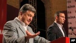 ယူကရိန္းသမၼတေရြးေကာက္ပဲြမွာ မဲအသာစီးရေနတဲ့ စီးပြားေရးလုပ္ငန္းရွင္ Petro Poroshenko (ဝဲ) (ေမ ၂၆၊ ၂၀၁၄)