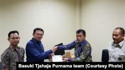 Mantan Gubernut DKI Jakarta Basuki Tjahaja Purnama, dikenal sebagai Ahok, menandatangani sejumlah dokumen sebelum keluar dari penjara militer di Depok, 24 Januari 2019.
