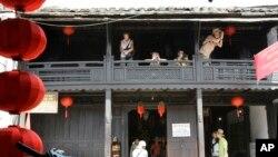 Du khách chụp hình tại Nhà cổ Phùng Hưng ở Hội An, Đà Nẵng.