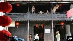 Du khách chụp ảnh tại Hội An, Việt Nam.