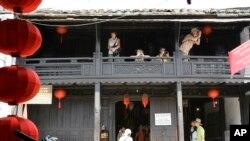 Du khách chụp hình tại Nhà cổ Phùng Hưng ở Hội An.