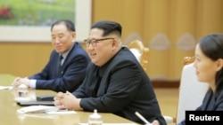 Lãnh tụ Triều Tiên Kim Jong Un gặp các thành viên phái đoàn đặc biệt của Tổng thống Hàn quốc (ảnh do Thông tấn xã Triêu Tiên KCNA công bố ngày 6/3/2018)