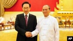 버마를 공식방문한 이명박 한국 대통령(왼쪽)이 14일 오후 네피도 대통령궁에서 테인 세인 대통령과 악수하고 있다.
