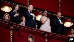 El presidente Barack Obama, derecha, junto a la Primera Dama, el actor Tom Hanks y la comediante Lily Tomlin durante la 37 premiación anual del Kennedy Center.