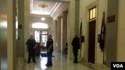 枪响后众议院坎农办公楼进入封锁状态。(美国之音杨晨拍摄)