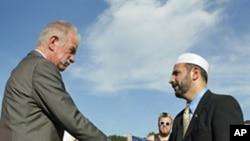 琼斯牧师和当地伊斯兰宗教组织负责人握手