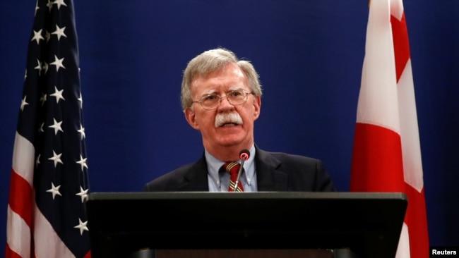 美国总统国家安全事务助理约翰·博尔顿在格鲁吉亚第比利斯举行的一个新闻发布会上。 (2018年10月26日)