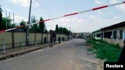 Petugas keamanan mengamankan lokasi bom bunuh diri di Kano, Nigeria (28/7).