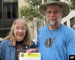 国际特赦组织代表坎普(右)(美国之音容易拍摄)