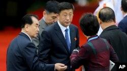 کیم هیوک چل (وسط)