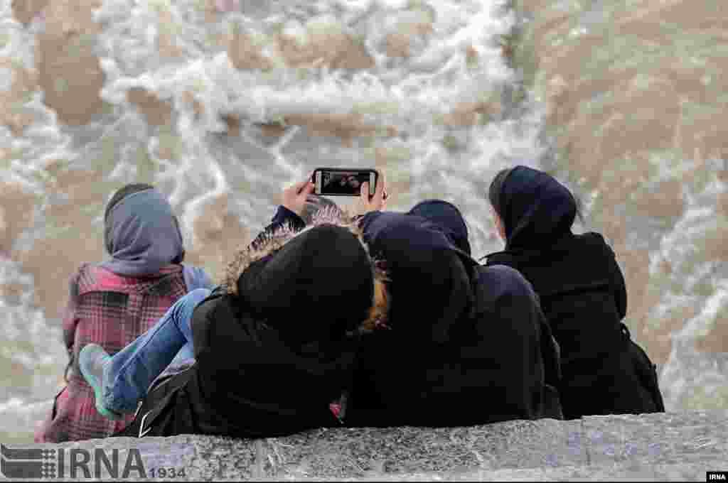 جاری شدن آب در زاینده رود و خوشحالی مردم اصفهان عکس: کاظم قانع
