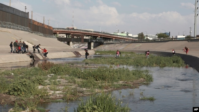 Migrant families cross the Rio Grande to get illegally across the border into the United States, to turn themselves in to authorities and ask for asylum, next to the Paso del Norte international bridge, near El Paso, Texas, May 31, 2019.