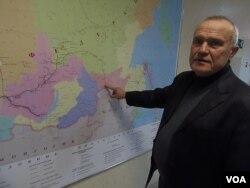 石油和天然气管道运输中心负责人鲁达前科讲解通向中国的石油管道(美国之音白桦拍摄)