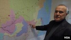 石油和天然氣管道運輸中心負責人魯達前科講解通向中國的石油管道(美國之音白樺 拍攝)