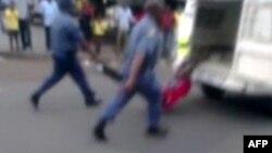 Sawir laga qaaday booliiska Koofur Africa oo nin u dhashay dalka Mozambique gaari ku jiidaya wadooyinka.