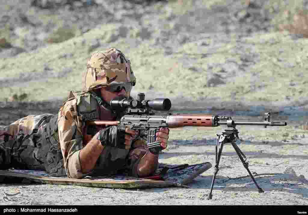 رونمایی از سلاحهای تک تیرانداز بهینهسازی شده نزاجا. عکس: محمد حسن زاده