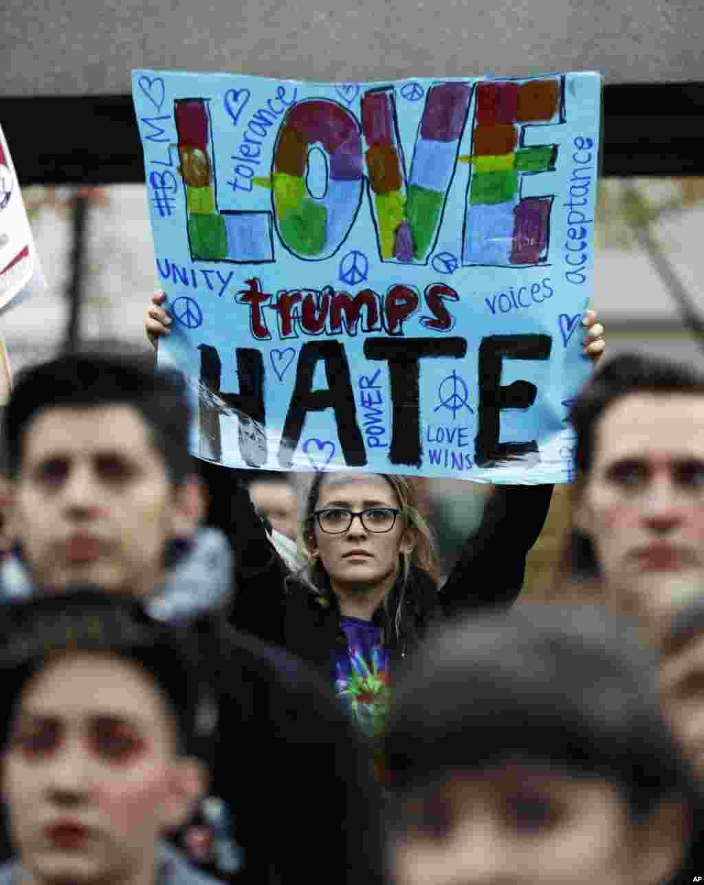 បាតុករម្នាក់លើកបដាមួយដែលសរសេរថា «Love Trumps Hate» អំឡុងពេលបាតុកម្មប្រឆាំងនឹងការបោះឆ្នោតជ្រើសតាំងលោកដូណាល់ ត្រាំជាប្រធានាធិបតី ក្នុងក្រុង Seattle កាលពីថ្ងៃទី០៩ ខែវិច្ឆិកា ឆ្នាំ២០១៦។