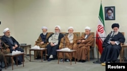 Shugaban addini na Iran Ayatollahi Khameni yake ganawa da wasu jami'an kasar.