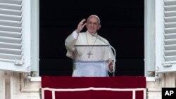 Đức Giáo Hoàng Phanxicô ban phước lành tại Vatican, Chủ Nhật ngày 1 tháng 5 năm 2016.
